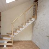 escalier-limon-central-peint-rampe-bois-et-fil-inox